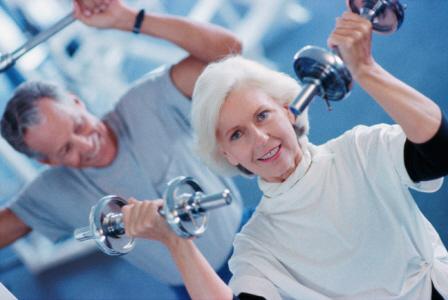 Người lớn tuổi tập thể dục